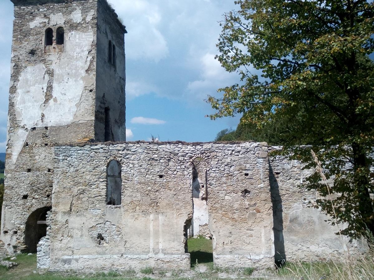 Zarovnanie a biosanácia múrov lode kostola.